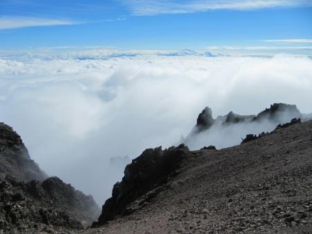 Desde el volcán La Malinche en Tlaxcala, México, con el Pico de Orizaba al fondo.